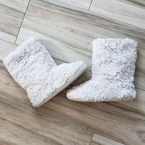 LC Light Grey Fuzzy Slippers sz 7/8